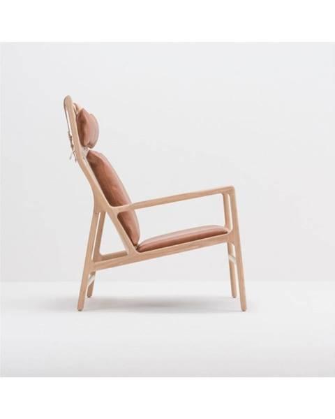 Gazzda Kreslo s konštrukciou z masívneho dubového dreva a koňakovohnedým sedadlom z byvolej kože Gazzda Dedo