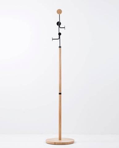 Stojací vešiak z masívneho dubového dreva s čiernym detailom Gazzda Hook